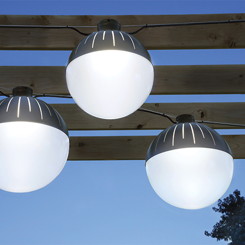 Zume fixtures catenary-mounted on a pergola for a very cozy outdoor pendant lighting installation
